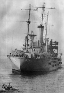 L'USS Liberty torpillé avec son gite de 10° sur tribord.