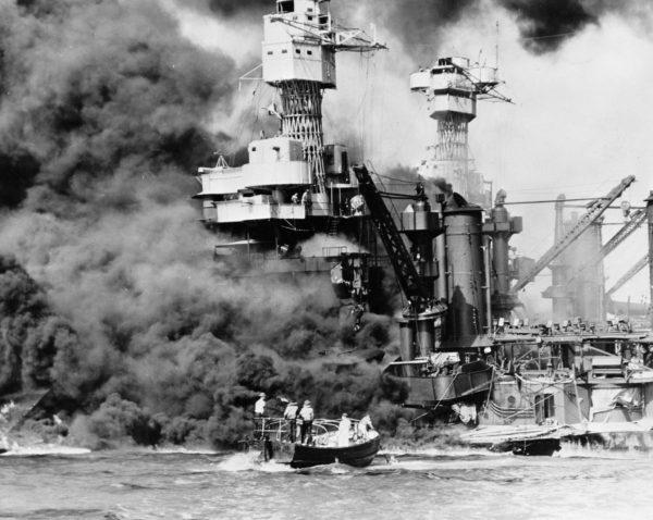 L'USS West Virginia en feu au matin du 7 décembre 1941.
