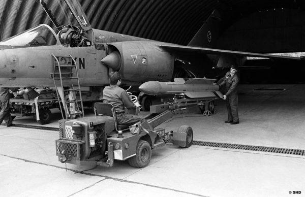 Chargement d'un missile air-air R530D sur un Mirage F1C.