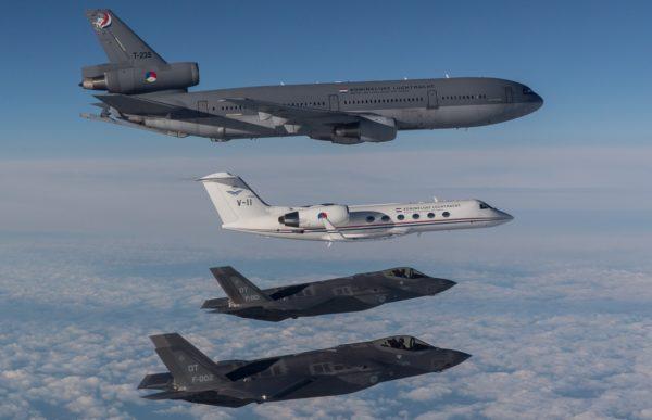 Les quatre avions néerlandais traversent l'Atlantique.