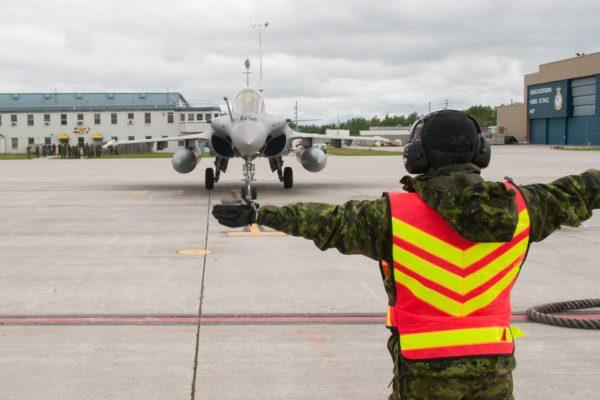 L'avion et son pilote sont français, tout le reste de la photo est canadien.