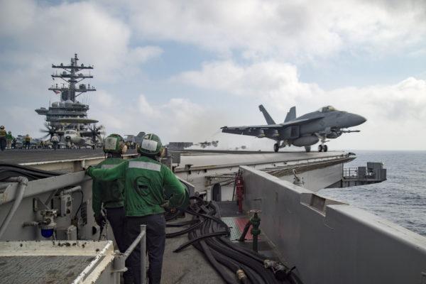 Super Hornet au catapultage, armé et bon de guerre.