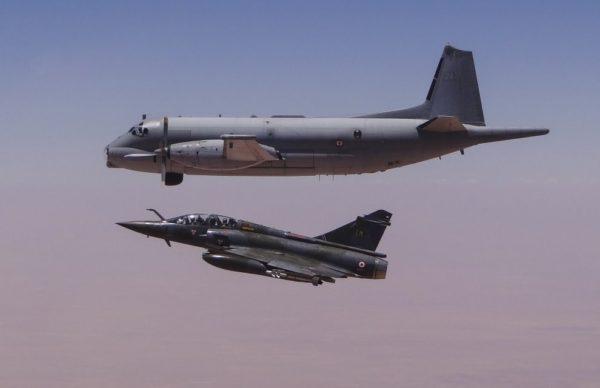 Atlantique et Mirage 2000D volent de conserve.
