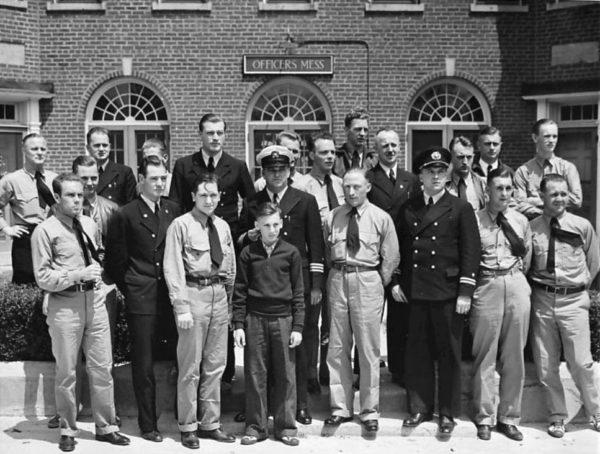 Une partie des survivants de l'équipage. Certains portent des uniformes américains prêtés par l'US Marines Corps.