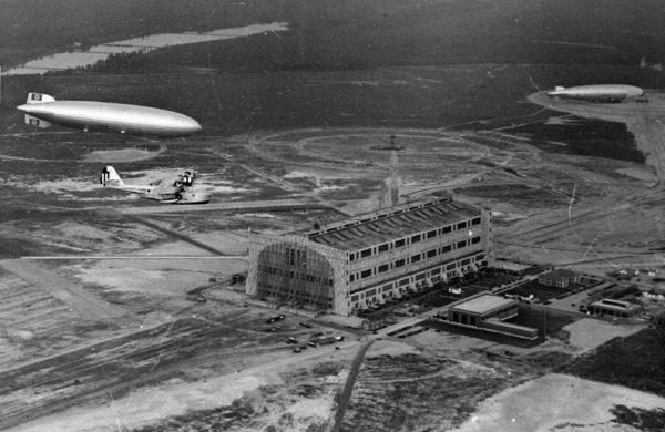 L'arrivée pour la 1ère fois à Lakehurst du Hindenburg, sous la protection d'un amphibie Douglas RD Dolphin de l'USCG.