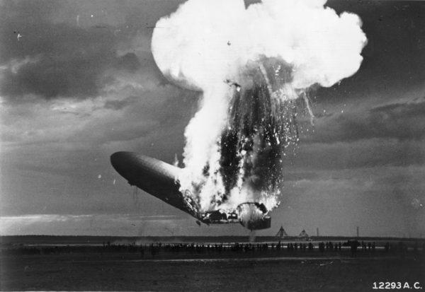 Quelques secondes avant l'impact au sol, le Hindenburg est en feu.