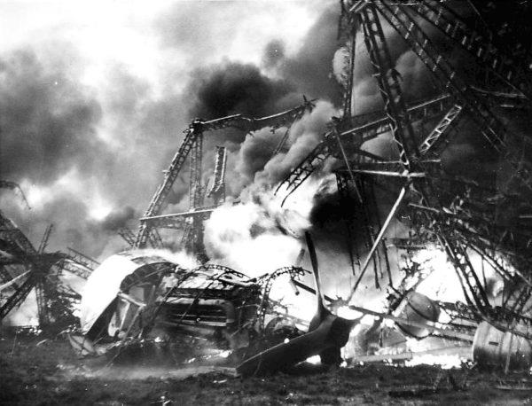 Il ne reste pas grand chose du puissant moteur Daimler-Benz du Hindenburg, alors que la structure brûle encore.