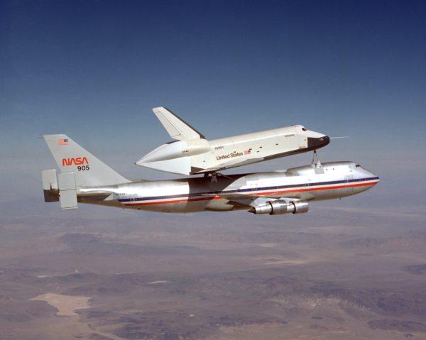 La navette Enterprise sur le dos du premier Shuttle Carrier Aircraft.
