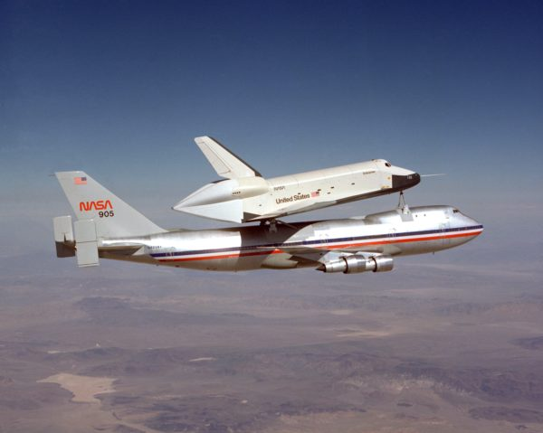 La navette Enterprise sur le dos du premier Shuttle Carrier Aircraft.