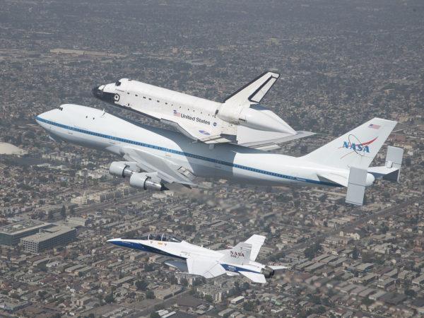 Le Shuttle Carrier Aircraft accompagné d'un F/A-18B Hornet démilitarisé de la NASA.