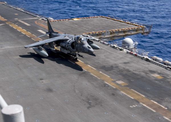 Sur ce cliché on aperçoit l'ombre projeté d'une bombe à guidage laser sous ce Harrier II.