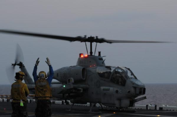 AH-1W SuperCobra sur le pont d'envol de l'USS Wasp.