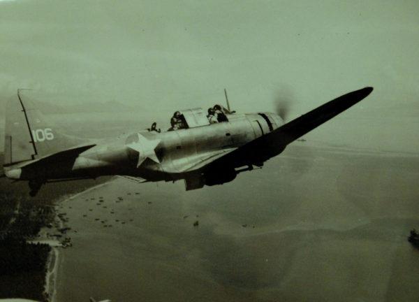 SBD Dauntless en vol, un de ses successeurs.