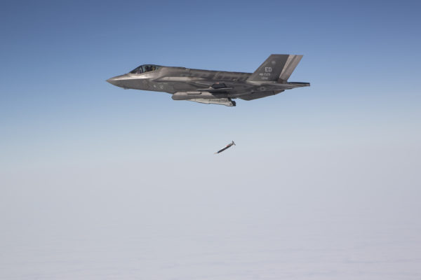 F-35A tirant une bombe GBU-39.