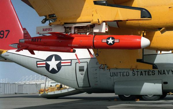 Drone-cible Northrop BQM-74E monté sous l'aile d'un Lockheed DC-130A.