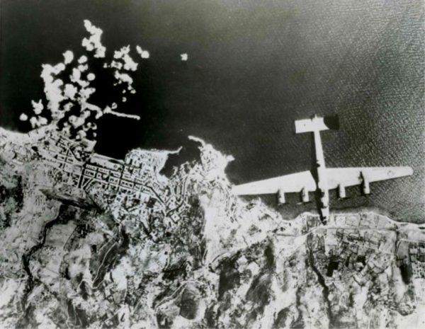 USS Corsica B-24 survolant Bastia