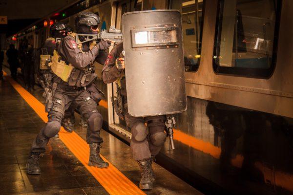 Les commandos de la FAB à l'exercice dans le métro de Rio.