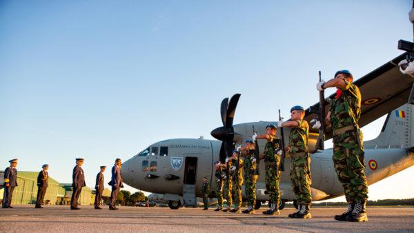 Garde d'honneur pour l'avion des mécanos roumains.