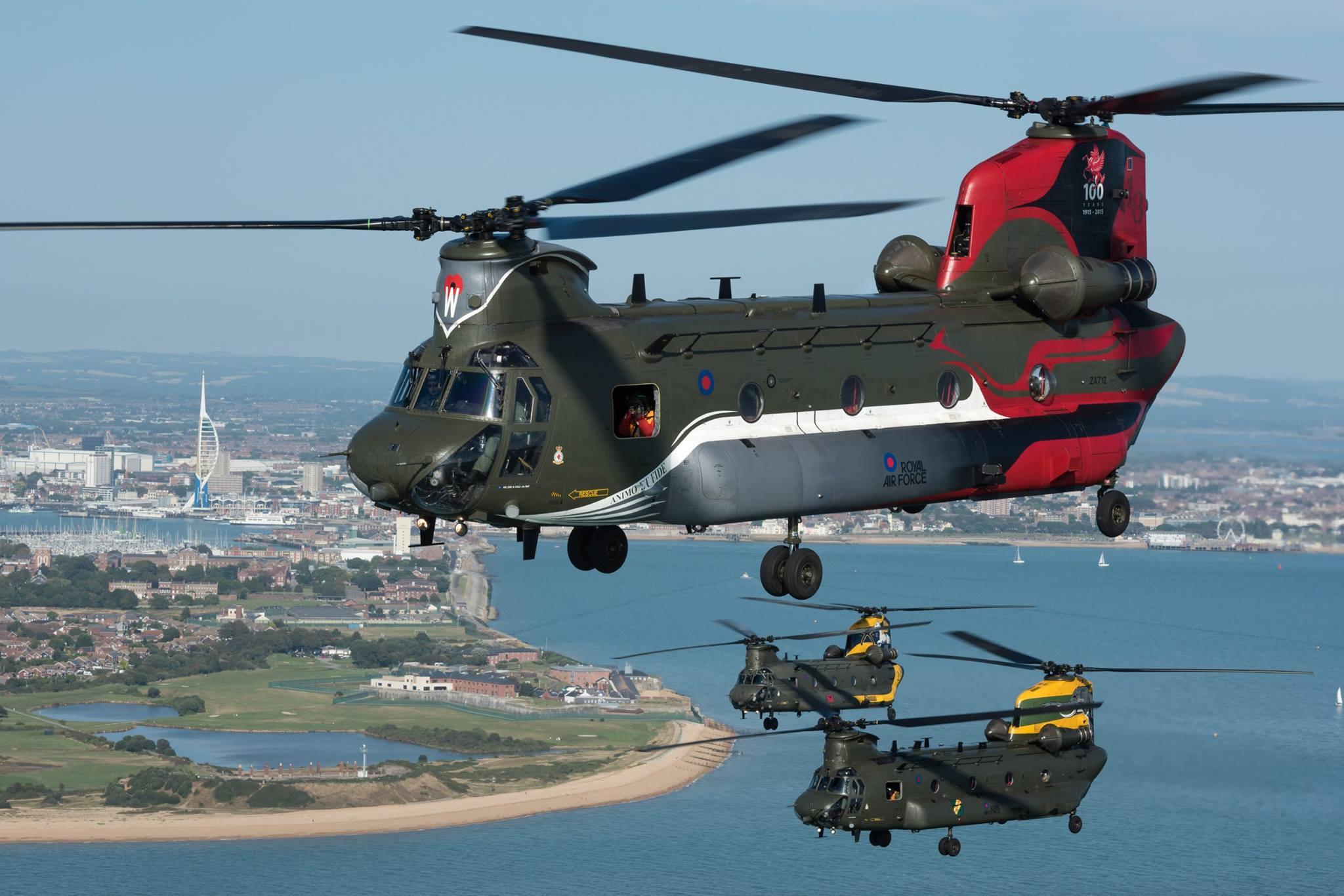 Trois chinook britanniques hauts en couleurs - Helicoptere jaune et rouge ...