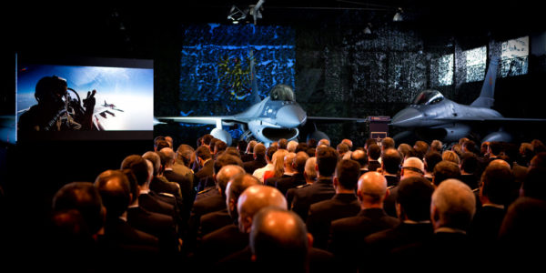 La cérémonie officielle, en présence des autorités et pilotes des deux pays.