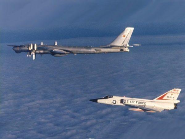 Intercepté par un Convair F-106 Delta Dart de l'US Air Force.