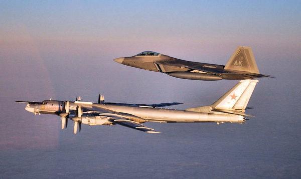 Protégé par un Lockheed-Martin F-22 Raptor de l'US Air Force.