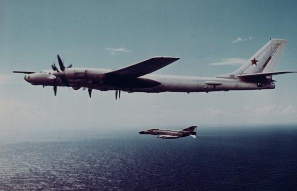 Escorté par un McDonnell F-4 Phantom II de l'US Navy.