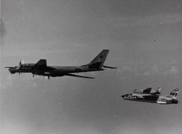 Aux côtés de deux Vought F8U Crusader de l'US Navy.