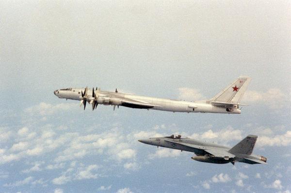 Main dans la main avec un McDonnell Douglas F/A-18 Hornet de l'US Navy.