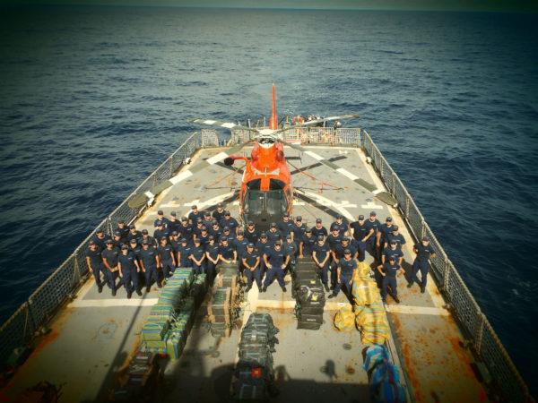 Le Dolphin et sa dangereuse saisie à l'arrière de l'USCGC Tampa.