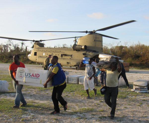 Déchargement d'un CH-47F de l'US Army à Haïti.