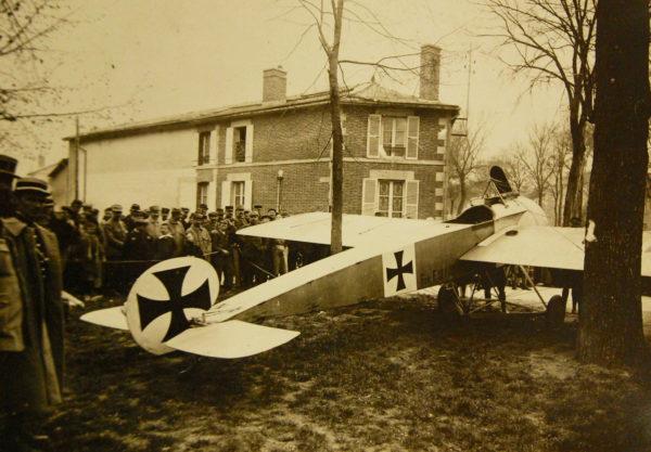 Le Fokker E.III ennemi devenu une attraction pour les curieux du coin.