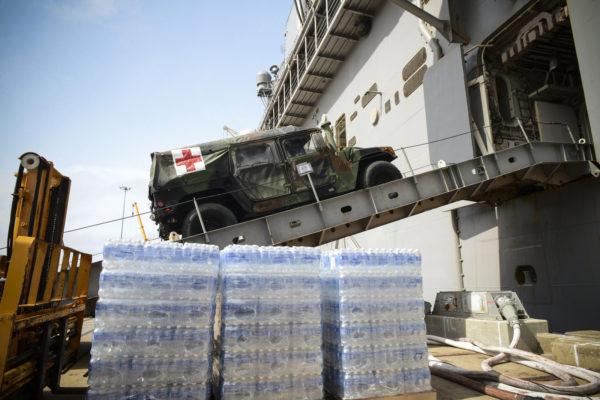 Chargement de l'USS Iwo Jima juste avant son appareillage pour les eaux haïtiennes.