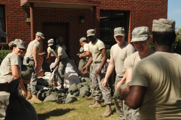 """Comme ici en 2011 face à l'ouragan Irene, les personnels de Langley AFB """"protègent"""" leur base."""