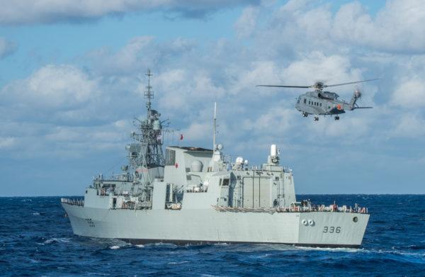 Un CH-148 Cyclone appontant sur le NCSM-Montréal.
