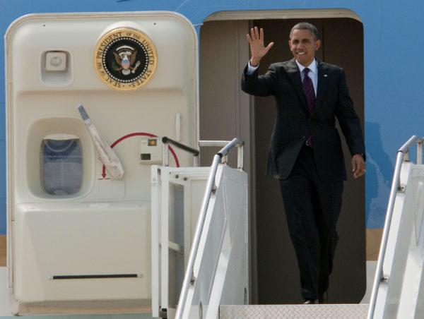 Barack Obama quittant Air Force One, une image qui appartiendra bientôt au passé.