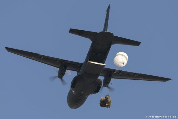 Largage gravité depuis un Casa au-dessus de la Base Aérienne 105.