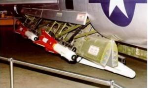 deux AIM-4 falcon , on peut voir aussi sous l'avion en blanc , la version a tête nucleaire l'AIM-26.