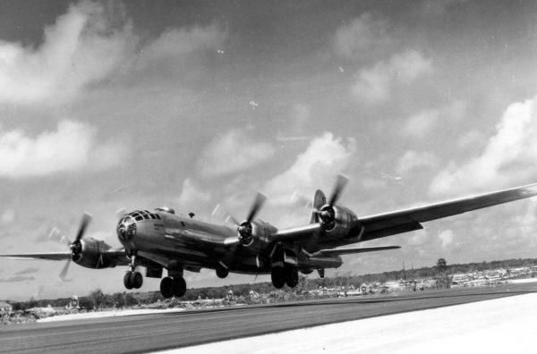 Un bombardier Boeing B-29 s'arrachant de la piste de Tinian.