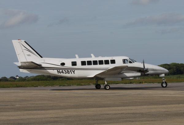 L'immatriculation américaine de ce bimoteur de transport léger Beechcraft 99 apparait clairement.