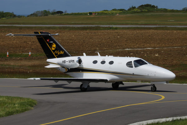 L'immatriculation suisse HB-VPM est très lisible sur le réacteur de ce jet d'affaire Cessna Citation Mustang.