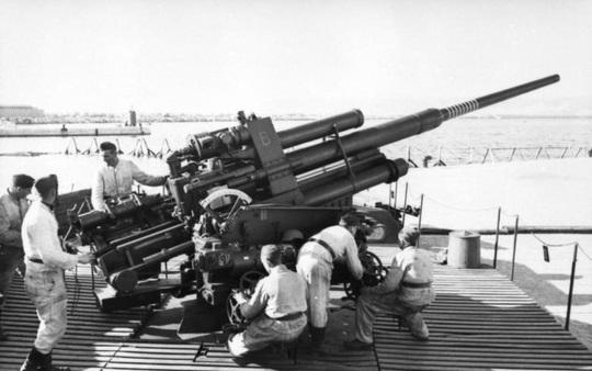 Le célèbre canon de DCA Flak 88 allemand de la Seconde Guerre mondiale, vu ici sur le mur de l'Atlantique.