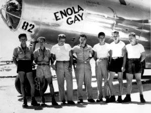 Une partie de l'équipage d'Enola Gay pose devant l'avion.