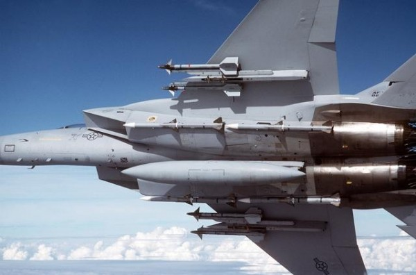 Configuration de supériorité aérien actuelle typique, les AIM-7 on cède la place a des AIM-120