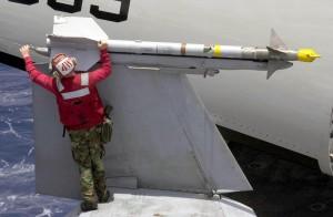 AIM-9 sur une aile repliée de F-18