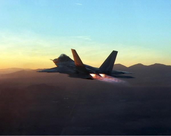 """les """"plumes"""" des réacteurs dues a la postcombustion de ce F-22 Raptor en font une cible idéale pour les missiles FOX-2"""