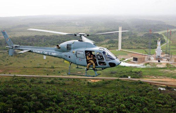 Hélicoptère AS-555 Fennec de l'ETOM Guyane dans son environnement naturel.