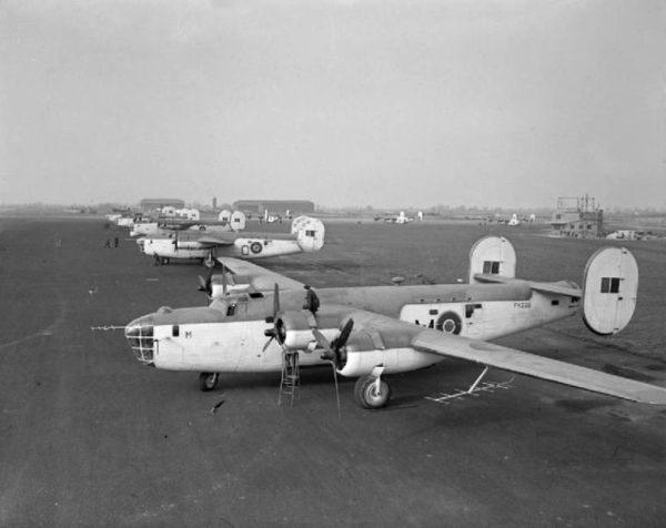 Consolidated Liberator du Coastal Commande en attente sur une base britannique.