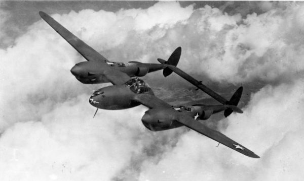 L'avion de chasse Lockheed P-38 Lightning.