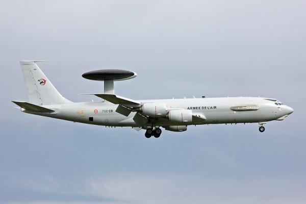 Discret mais visible sur ce Boeing E-3F, l'emblème de l'EDCA 0/36 Béarn est visible au niveau de l'empennage.